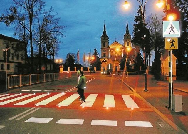 Sygnały świetlne ostrzegają kierowców, gdy na przejściu są piesi