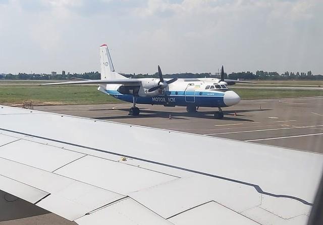 AN-24 na lotnisku w Odessie. Taki sam Antonow stoi na kąpielisku w Starym Oleśnie.