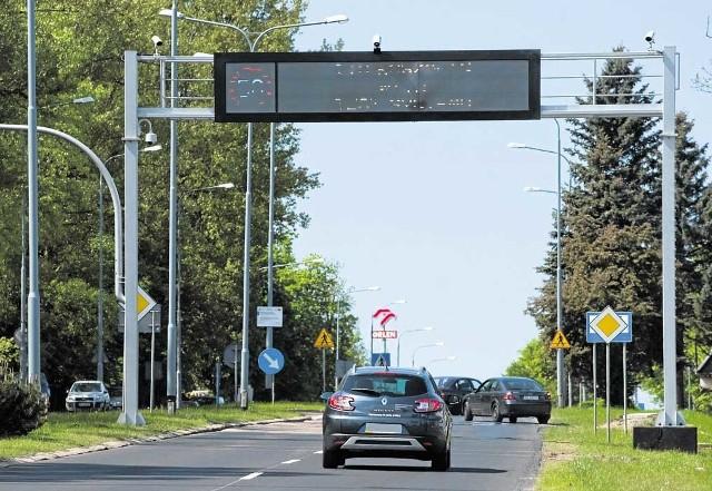 Trwa montaż tablic w Koszalinie - tu na ul. Gnieźnieńskiej. Dzięki nim kierowca dowie się, z jaką prędkością się porusza