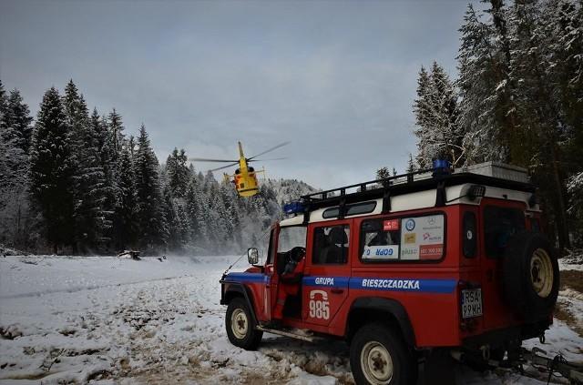 Trzy akcje w ciągu czterech dni przeprowadzili ratownicy Bieszczadzkiej Grupy GOPR. Najtrudniejsze były poszukiwania turystów w Dydiowej, którzy utknęli na zaśnieżonym szlaku.Pierwsza interwencja była związane z wypadkiem mężczyzny pracującego w lesie. 36-latek został przyciśnięty przez drzewo. Śmigłowcem Lotniczego Pogotowia Ratunkowego przetransportowano go do szpitala w Rzeszowie. Dwa dni później o pomoc poprosił 34-letni turysta, który zabłądził na Połoninie Wetlińskiej. Ratownicy odnaleźli go i  sprowadzili na Przełęcz Wyżną. Następnego dnia goprowcy z Ustrzyk Górnych prowadzili wyprawę ratunkową w Dydiowej, w rejonie Stuposian, przy granicy polsko-ukraińskiej. Czwórka turystów, brodząc w głębokim śniegu, utknęła w trudnym terenie. Brak zasięgu telefonii komórkowej (działał tylko nr 112)  i możliwości użycia aplikacji ratunek utrudniał poszukiwania. Po odnalezieniu turystów okazało się, że jedna z osób ma objawy hipotermii. Trafiła do szpitala w Ustrzykach Dolnych. ZOBACZ KOLEJNE ZDJĘCIA