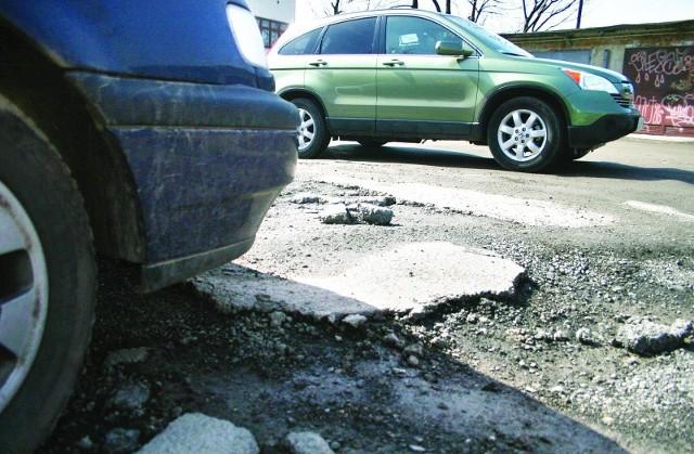 Remontu ul. Dojazd Staroniwa kierowcy nie mogą doprosić się od trzech tygodni.