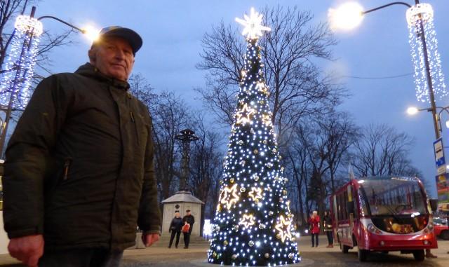 """Na świąteczną trasę """"Blaski Buska nocą"""" zaprasza Jerzy Libuda, właściciel Słonecznego Ekspresu."""