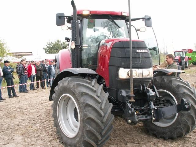 Rolnicy chętnie biorą udział w pokazach pracy ciągników i maszyn rolniczych.