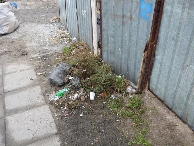 Zaśmiecone ŚwinoujścieOd jednego z naszych Czytelników dostaliśmy zdjecia dzikiego wysypiska śmieci, jakie jest przed jego garazem w kwartale ulic Bohaterów Września i Boleslawa Chrobrego.