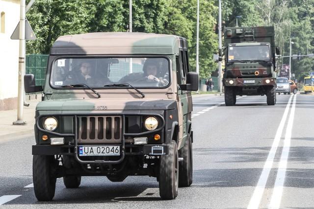 Kolumna wojskowych pojazdów z 21 Brygady Strzelców Podhalańskich wyjechała z jednostki przy ul. Dąbrowskiego i przejechała przez Rzeszów, kierując się w stronę Jarosławia. Powrót odbędzie się 16 maja, od godz. 3 do 6, po tej samej trasie.ZOBACZ TEŻ: ZOBACZ TEŻ: O wojsku pół żartem, pół serio. Z dowódcą 21 BSP