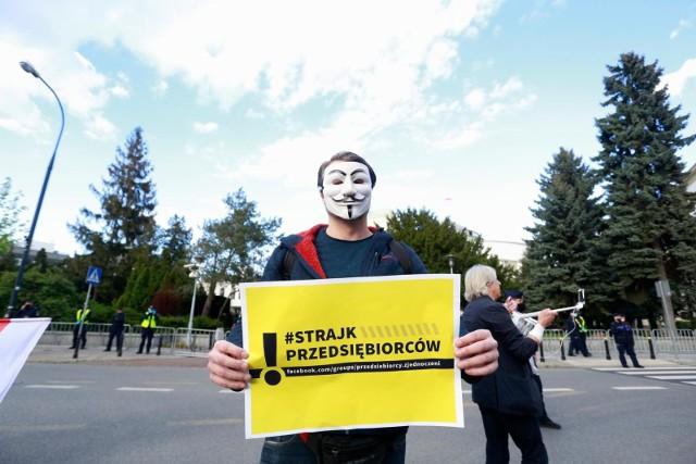 7 maja około godziny 16.00w okolicach ronda Dmowskiego w Warszawie rozpoczął się strajk przedsiębiorców. Uczestnicy protestu domagali się rozmów z premierem Mateuszem Morawieckim.