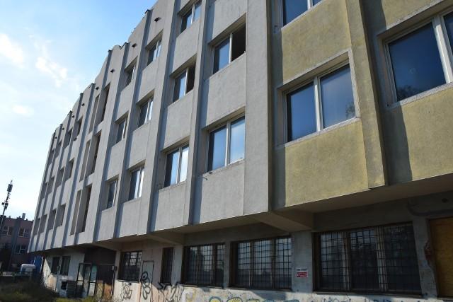 Budynek przy ul. Osadniczej został zabezpieczony, wejścia zamurowane lub zamknięte za pomocą specjalnych płyt