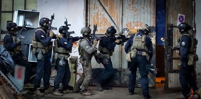 Policyjna akcja na nielegalną fabrykę papierosów Marlboro w Kobierzycach