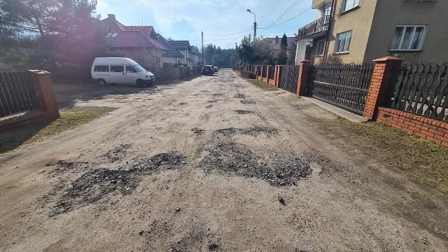 Ulica Skowronkowa w Dąbrowie Górniczej od lat czeka na remont Zobacz kolejne zdjęcia/plansze. Przesuwaj zdjęcia w prawo - naciśnij strzałkę lub przycisk NASTĘPNE