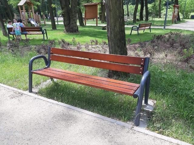 Ławka zniknęła z Parku Podlesie, uszkodzony został także zdrój wodny Zobacz kolejne zdjęcia/plansze. Przesuwaj zdjęcia w prawo - naciśnij strzałkę lub przycisk NASTĘPNE