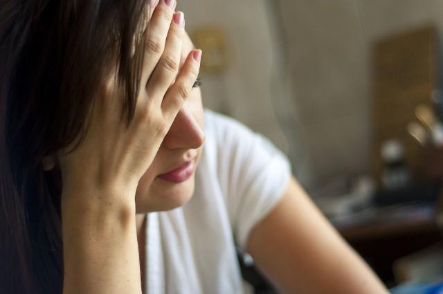 Migrena to powtarzający się, najczęściej jednostronny, pulsujący ból głowy. Trwa zazwyczaj od 4 godzin do nawet trzech dni. Wciąż nie wiadomo, co dokładnie powoduje jej występowanie. Co zrobić, gdy nas dopadnie i jak uniknąć jej ataków?