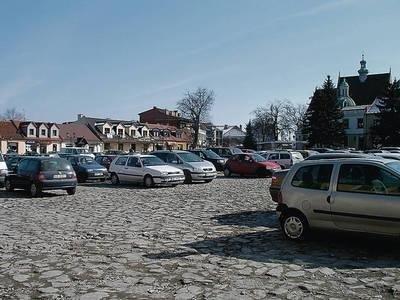 Dziś niepołomicki rynek to parking. Jak będzie po remoncie tego placu jeszcze nie wiadomo. Fot. Jolanta Białek