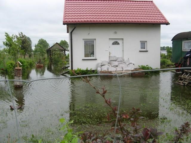 Z tego domku przy ul. Kościelnej na osiedlu Szumiłowo mieszkańcy musieli się ewakuować, bo woda podchodzi pod drzwi.