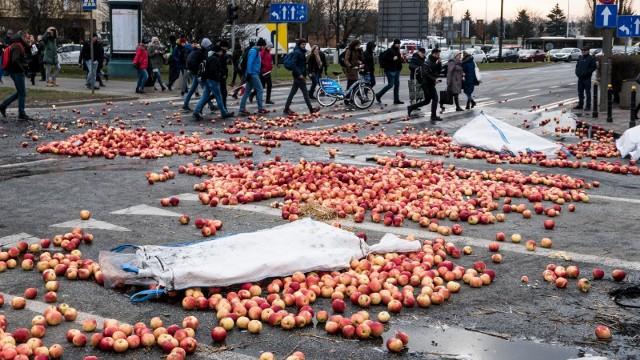 Obraz placu Zawiszy w Warszawie po porannym proteście rolników z Agrounii.