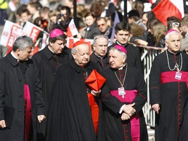 Tlumy na krakowskim RynkuNa krakowskim Rynku trwa oczekiwanie na msze pogrzebową w bazylice.