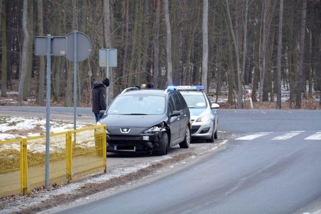 Do groźnej kraksy doszło na drodze wojewódzkiej nr 132 w okolicy skrzyżowania do Nowin Wielkich. Zderzyły się opel i peugeot. Na szczęście nikt nie odniósł poważniejszych obrażeń.Do zderzenia doszło w niedzielę, 5 lutego. Na skrzyżowaniu do Nowin Wielkich zderzyły się dwa samochody osobowe: opel i peugeot. W kraksie bardziej ucierpiał pojazd na rejestracjach z woj. kujawsko-pomorskiego. Na szczęście nikt nie odniósł poważniejszych obrażeń.Zobacz też:  Poważny wypadek w Dąbroszynie [ZDJĘCIA]Przypomnijmy, niedawno w Witnicy zorganizowano spotkanie, na którym m. in. władze gminy, policja, straż pożarna, ratownicy medyczni, projektanci i zarządcy drogi zastanawiali się co zrobić, żeby na drodze wojewódzkiej nr 132 było bezpieczniej. Zdaniem policji zdecydowana większość wypadków na tej trasie powodowana jest przez mieszkańców gminy i okolic, a przyczynami wypadków w dużej mierze są zwierzęta leśne. Z tą tezą nie zgodzili się strażacy ochotnicy, którzy twierdzą, że są przy niemal wszystkich wypadkach i kolizjach i niemal nigdy nie ma tam śladu, aby doszło do nich z powodu zwierzyny leśnej. Ich zdaniem niektórzy kierowcy po prostu tłumaczą się w ten sposób, żeby wytłumaczyć jakoś swoją niebezpieczną jazdą.W miejscu, gdzie doszło do kolizji, Zarząd Dróg Wojewódzkiej w Zielonej Górze planuje wybudować rondo. Kiedy to się stanie? Tego nie wiadomo. Potrzebne są na to pieniądze, których teraz nie ma. Przebudowę skrzyżowania zakwalifikowano na rezerwową listę inwestycji. Gdy tylko pojawią się pieniądze, inwestycja ma ruszyć. - Nie jestem jednak w stanie podać żadnych terminów - mówił na spotkaniu Grzegorz Szulc z zarządu dróg wojewódzkich. Ta instytucja zleciła też wykonanie audytu drogi wojewódzkiej nr 132. Ma on odpowiedzieć na pytanie co przyczynia się do wypadków na tej trasie i jak można poprawić na niej bezpieczeństwo. Wnioski z audytu mają być znane w połowie tego roku. O bezpieczeństwo na drodze jeszcze bardziej zadbać obiecała też policja. Ma tu być więcej patroli, a p