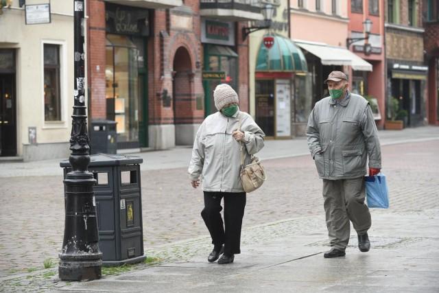 """Czternasta emerytura 2021 - takie są zasady wypłat. Jesienią tego roku seniorzy otrzymają kolejne dodatkowe świadczenie. Są jednak specjalne zasady przyznawania czternastej emerytury? Kto dostanie pieniądze i na jaką kwotę może liczyć? Przedstawiamy szczegóły, dotyczące przyznawania """"czternastki"""". Zobacz stawki brutto i netto na kolejnych stronach --->"""