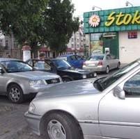 """Parking przed sklepem """"Stokrotka"""" jest zatłoczony niemal bez przerwy. Przynajmniej w najbliższym czasie sytuacja ta w znaczący sposób się nie zmieni."""