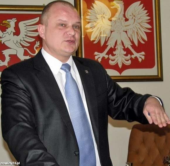 Były burmistrz Dębicy Paweł Wolicki złożył do prokuratury zawiadomienie o możliwości popełnieniu przestępstwa przez trzynastu radnych.