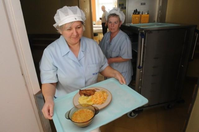Elżbieta Opal (z lewej) i Gabriela Sosnowska rozdają obiady na kardiologii w WCM. Wopolskich szpitalach z jedzeniem nie jest jeszcze tak źle.