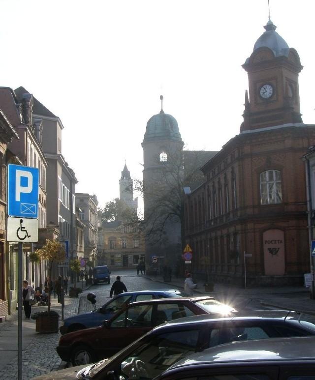 Budynek poczty (po prawej) powstał w 1885 roku i mimo wojennej zawieruchy do dziś pełni identyczną funkcję.