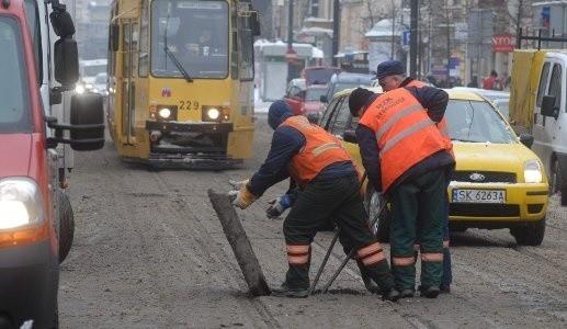 Wczoraj pracownicy MZK poziomowali betonowy segment na ul. Gdańskiej. Pod wpływem lodu płyta uniosła się i uszkodziła tramwaj