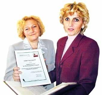 Uzyskanie certyfikatu Podkarpackiej Sieci Szkół Promujących Zdrowie to uhonorowanie wysiłków uczniów i nauczycieli SP w Nizinach. Nz. Od lewej Krystyna Krakowska - Zając, szkolna koordynator programu sieci szkół promujących zdrowie, oraz dyrektorka szkoły - Grażyna Pikuła.