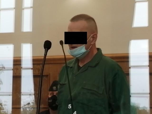 Proces 54-letniego Adama K., który – według prokuratury - będąc zarażony koronawirusem uciekł ze szpitala zakaźnego w Zgierzu i wrócił autobusem do domu w Łodzi, czym naraził pasażerów na utratę zdrowia lub życia, zaczął się w czwartek w Sądzie Okręgowym w Łodzi.CZYTAJ DALEJ NA NASTĘPNYM SLAJDZIE