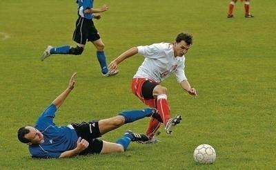 Piłkarze Grodu (w niebieskich koszulkach) po raz pierwszy w tym sezonie wygrali na własnym boisku, pewnie pokonując Orła Fot. (kow)
