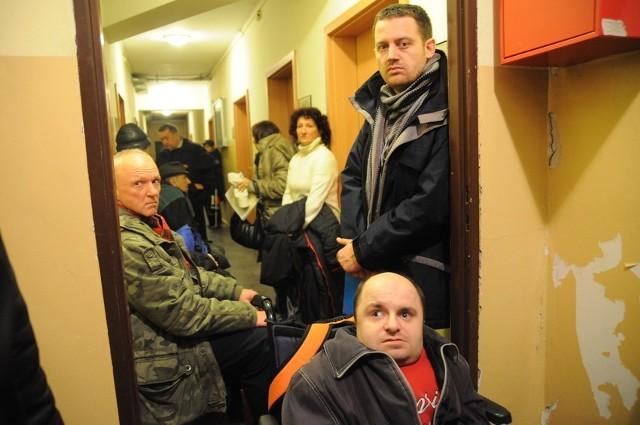 Radny zaprosił pod wydział dziennikarzy, aby pokazali nocną kolejkę.