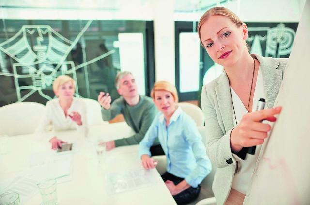 Na prezentacjach handlowcy dbają o twój dobry nastrój. Serwują ciastka i kawę, chętnie odpowiadają na pytania dotyczące zalet produktu. Pamiętaj, że dla nich jesteś tylko potencjalnym klientem, który przestanie się liczyć, jak tylko podpisze umowę