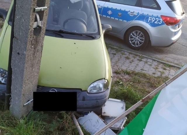 Łódzkie. Pijany kierowca uderzył w słup i uciekł. Nie miał prawa jazdy...