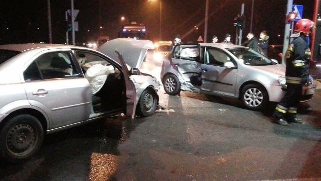 Do groźnego wypadku doszło w poniedziałek, 19 grudnia, na gorzowskim zawarciu. Kierowca volkswagena golfa wymusił pierwszeństwo, w bok jego auta uderzył ford mondeo. Do wypadku doszło w godzinach popołudniowych. Z ustaleń policji wynika, że kierowca golfa wymusił pierwszeństwa na skrzyżowaniu ulic Grobla i Zielona. W prawy bok volkswagena uderzył ford mondeo. - Golfem podróżowało małżeństwo w wieku 64 lat. W wyniku zderzenia pasażerka volkswagena została odwieziona do szpitala. Trafił tam też 31-letni pasażer forda mondeo - mówi Grzegorz Jaroszewicz z biura prasowego Komendy Wojewódzkiej Policji w Gorzowie. Fordem kierował 28-latek, który podobnie jak kierowca golfa nie ucierpiał w tym wypadku.W szpitalu okazało się, że 28-latkowi z mondeo nic poważnego się nie stało. Niestety, 64-letnia kobieta z volkswagena doznała poważnych obrażeń miednicy. Zobacz też:  Dwa śmiertelne wypadki w Gorzowie. Policja prosi o pomoc