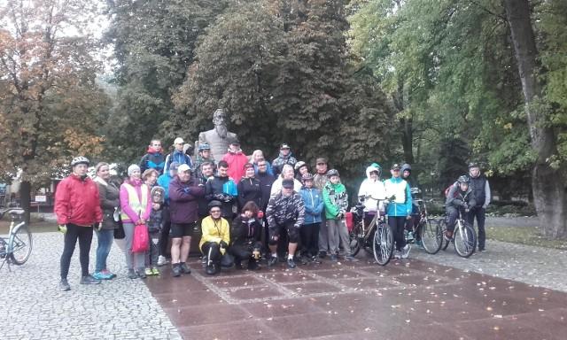Start rowerowego rajdu miał miejsce przy pomniku Jana Kochanowskiego.
