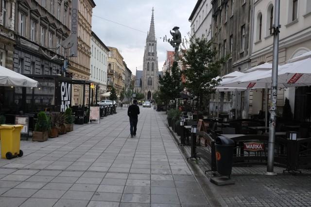 Mariacka w Katowicach w październiku 2020 roku, gdy ogłoszono drugi lockdown dla gastronomii. Wprowadzony wówczas zakaz działalności stacjonarnej obowiązuje do dziś