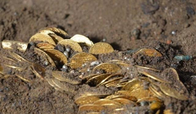 """Skarb zostanie pokazany w specjalnie dla niego zaprojektowanej gablocie. Zobaczymy ponad 480 złotych monet z lat 1570-1652, ozdoby, części stroju, w tym srebrne guzy - pągwice i dekoracyjne rozety, a także amulet - """"wilczy kieł""""."""