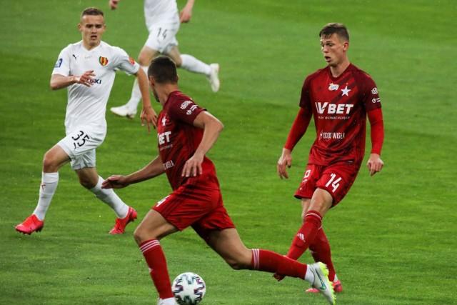 Daniel Szelągowski (w białej koszulce) zdobył już trzy bramki w PKO Ekstraklasie