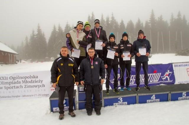 Medaliści na Polanie Jakuszyckiej. Z lewej prezes Dolnośląskiej Federacji Sportu, Arkadiusz Zagrodnik, w roli nagradzającego.