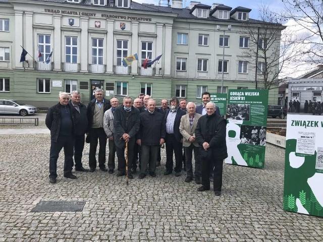 """Wystawę  """"TU rodziła się Solidarność Rolników"""" można oglądać na placu Zygmunta Starego w Białobrzegach."""