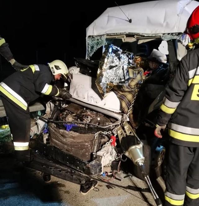 Wypadek na A2: Zderzenie busa z ciężarówką pod Nowym Tomyślem. Kierowca uwięziony w aucie