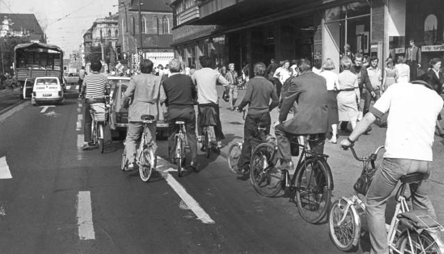 To tylko nieco ponad 30 lat, a większość miejsc w centrum Wrocławia z trudem można dziś rozpoznać. Pamiętacie jeszcze, jak wyglądało miasto w latach osiemdziesiątych? Zobaczcie naszą galerię![b]Zobacz kolejne zdjęcia, posługując się klawiszami strzałek, myszką lub gestami.[/b]