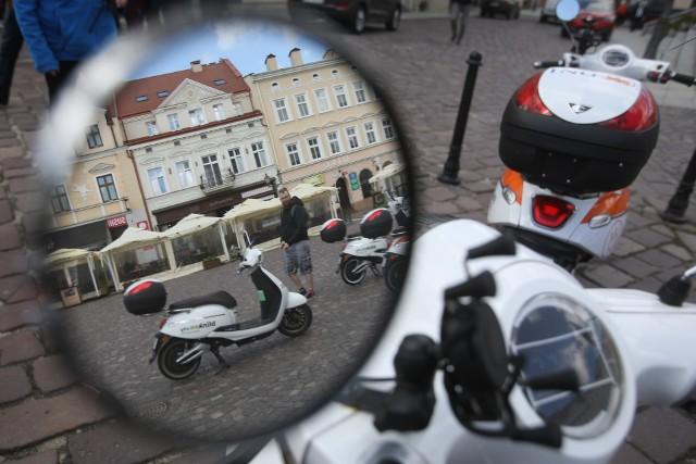 Rzeszowski Ratusz przygotowuje się do przetargu na wyłonienie nowego operatora wypożyczalni rowerów, elektrycznych hulajnóg i skuterów.