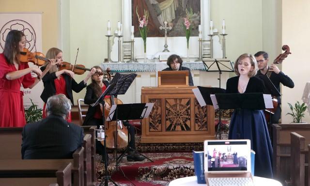 W kościele ewangelicko-augsburskim w ramach festiwalu odbył się koncert zespołu Muzyki Dawnej Ensemble Inegalite. Wysłuchaliśmy m.in. utworów Jana Sebastiana Bacha oraz zabrzmiała polska muzyka wokalna i wokalno-instrumentalna.