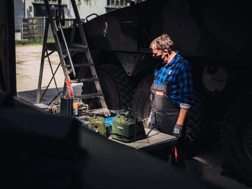 Stanowisko, w całości opracowane i wykonane przez remontowców z Opola, składa się z czterech modułów, umożliwiających szybkie wykrywanie usterek w urządzeniach łączności wewnętrznej, nawigacji GPS, samoosłony pojazdu oraz detekcji skażeń chemicznych i promieniotwórczych.