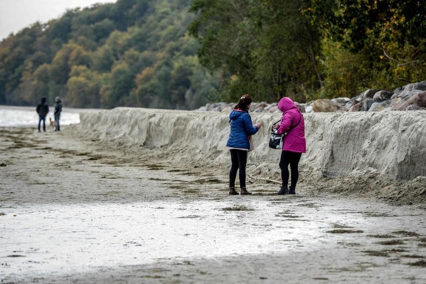 Sztorm zniszczył nową plażę w Gdyni Orłowie. Z nawiezionego niedawno piasku niewiele zostało