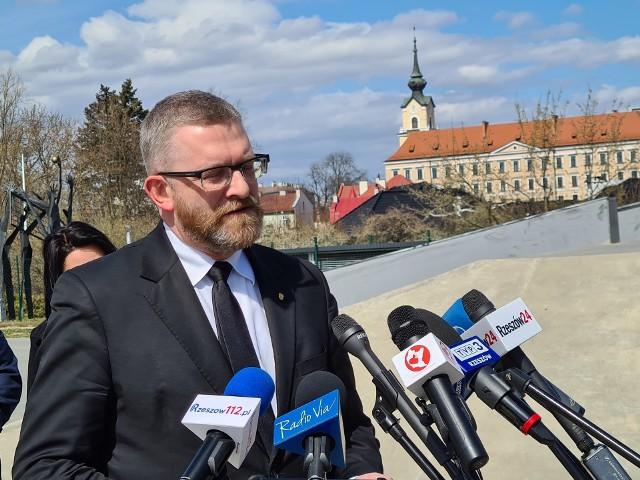 """Grzegorz Braun, kandydat na prezydenta Rzeszowa zapowiedział, że pozwie każdego, kto przeszkadza ludziom w """"normalnym funkcjonowaniu"""". Co miał na myśli?"""