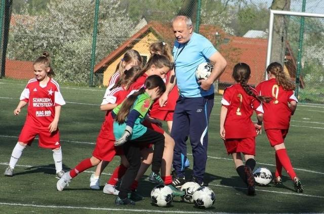 Trener Andrzej Żądło ma bogate doświadczenie w kobiecym futbolu. Pracował z zespołami we wszystkich kategoriach wiekowych