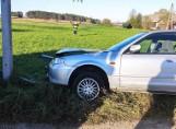 Nowowola. Śmiertelny wypadek na drodze gminnej. Nie żyje kierowca mazdy, który uderzył w przydrożny słup