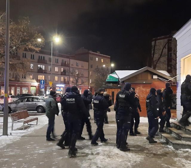 Policjanci kontrolujący jedną z gdańskich restauracji
