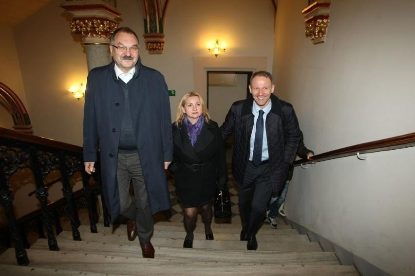 Spotkanie Rafała Dutkiewicza z Jackiem Protasiewiczem w sprawie budżetu Wrocławia i regionu. Polityków nie opuszczał dobry humor przy wejściu